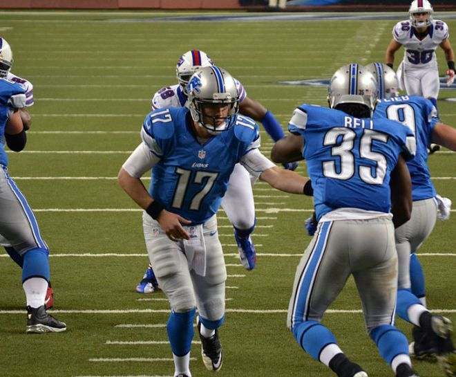 726px-Lions_backup_quarterback_Kellen_Moore_hands_the_ball_off